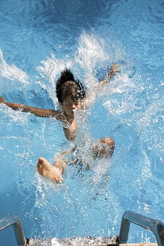 HOPP I HAVET: Trygge barn hopper fra både brygge og basseng.