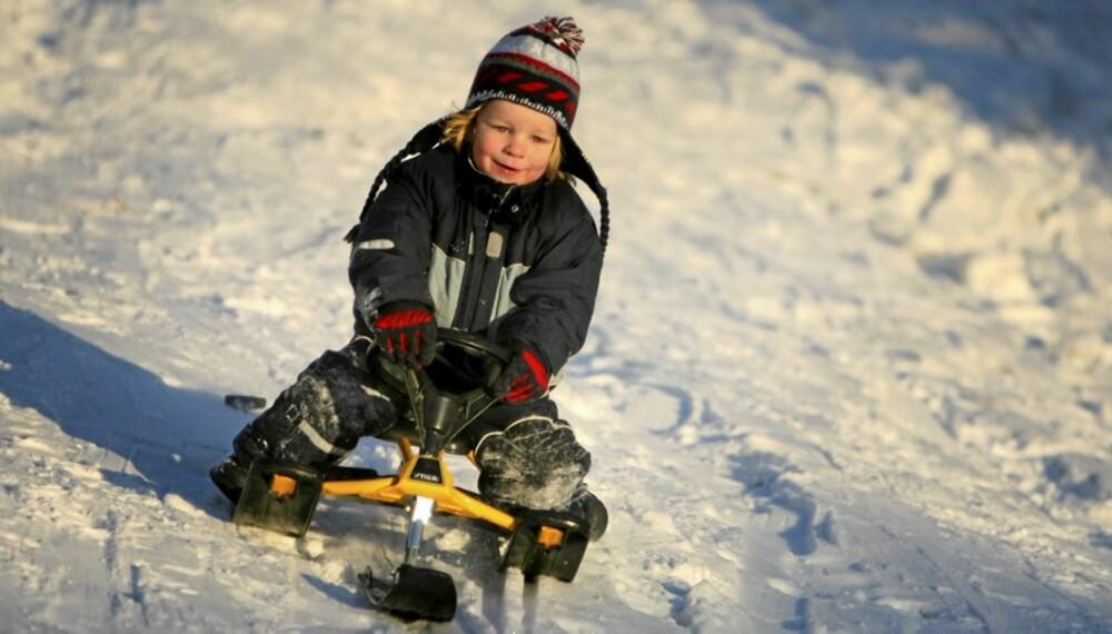 Snart kan Markus Nygård (4) og andre barn suse nedover bakkene igjen. Her får du tipsene for hvordan man kler barn for vinter og kulde.