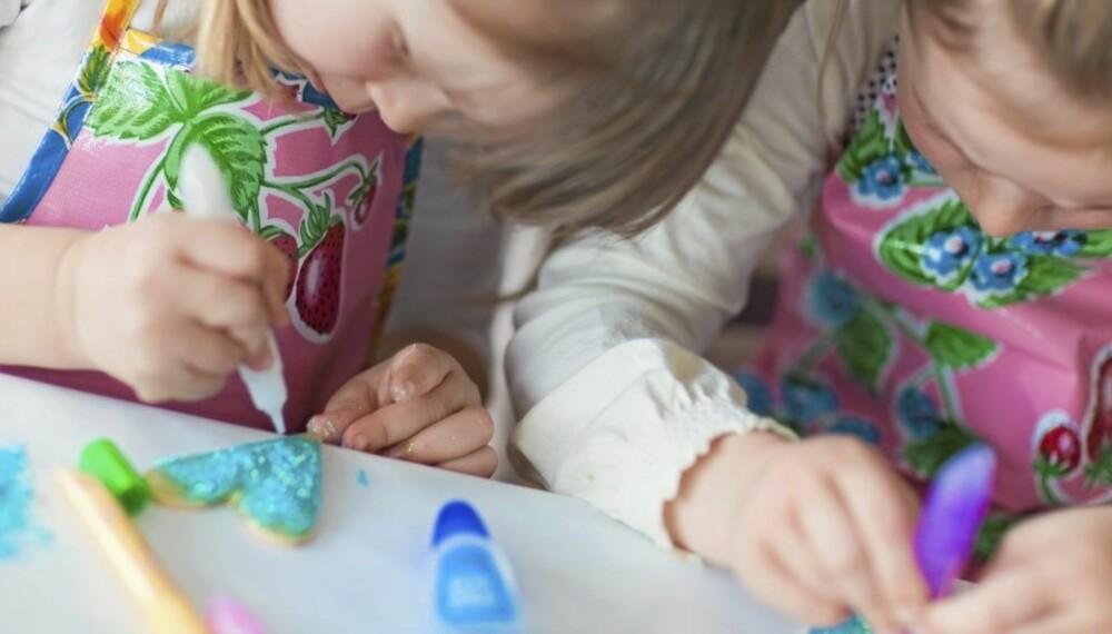 JULEVERKSTED FOR BARN: Her får du ideer til juleverksted til små og store barn. Julegavene og julepynten kan lages hjemme eller i barnehagen.