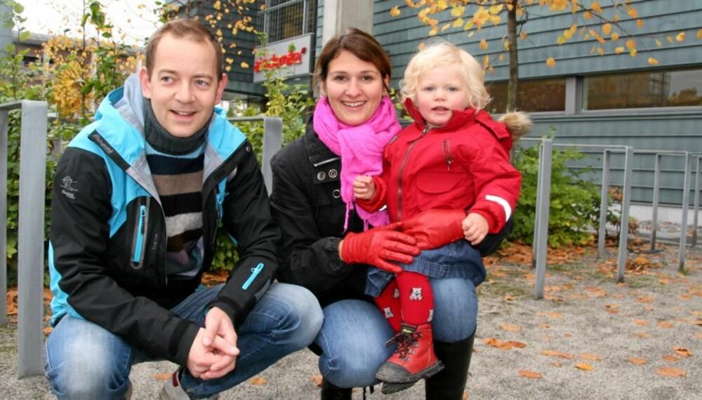 STATSBUDSJETTET 2009: Audun Mikkelsen, Marianne Hjortdahl og datteren Aurora Hjortdahl Mikkelsen (1 1/2) er fornøyd med at de får noen tusenlapper mer å rutte med i året.