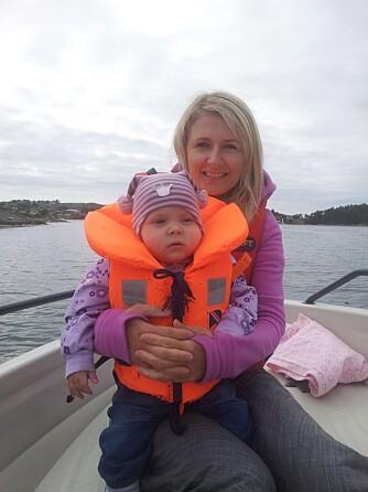 KVALITETSTID: Mamma og Ella koser seg i båt.