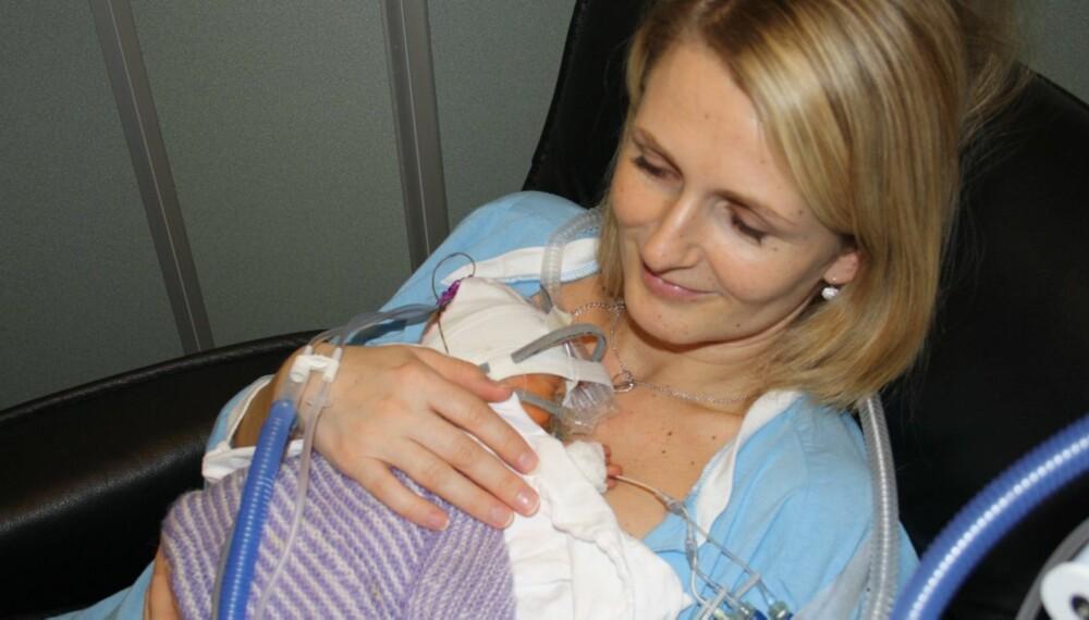 NYFØDT: Det var dramatisk da Ella (1) og Leah ble født tre måneder før termin. Dessverre døde tvillingsøsteren Leah like etter fødselen.