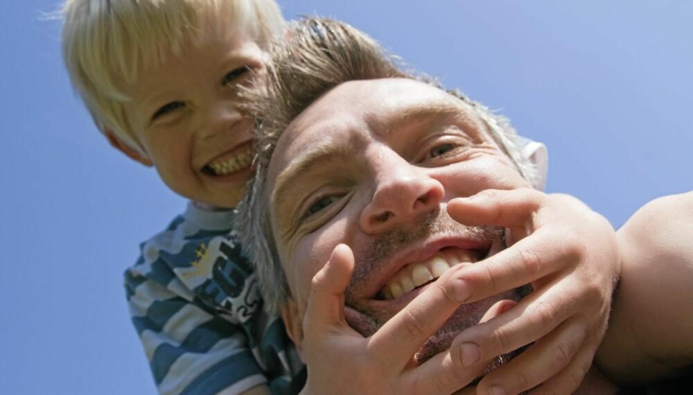 Vær nær: Barn som får mye kos og berøring fra foreldrene blir mer harmoniske og mindre aggressive enn barn som ikke klemmes så ofte.