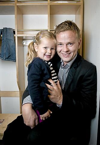 ENKELT SPRÅK: Det er viktig å være tydelig og direkte når du snakker med barn, mener trebarnsfar Ordin Fikstvedt, her sammen med datteren Jenny (3).