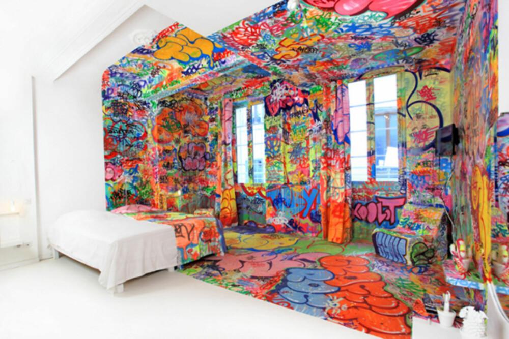 PANIC ROOM: Her er halve rommet dekorert med grafitti, mens andre halvdelen er kritthvit.