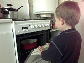 Pass opp: En varm ovn er farlig for barna. Barnesikring på ovnsdøren er en billig forsikring.