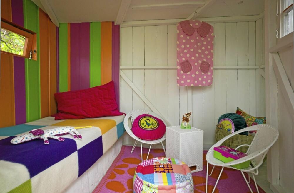 FARGERIKT ROM. Den lille hytta er full av glade og fargerike detaljer.