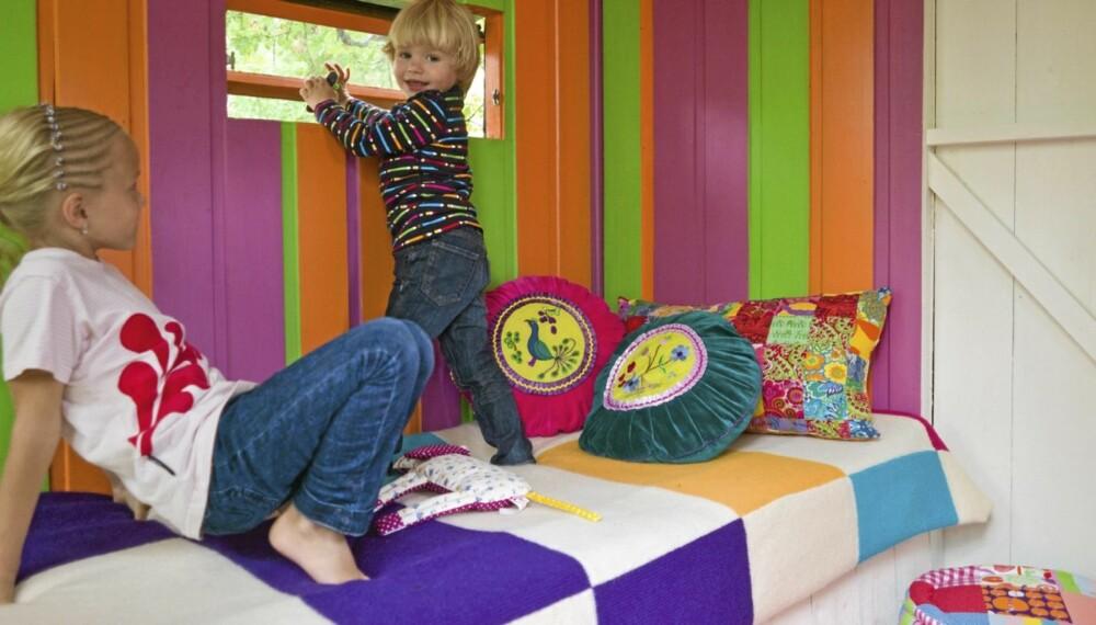 LEKELAND: Rakel og Kalle får lov til å overnatte i lekehuset hvis pappa samtidig sover ute på terrassen.