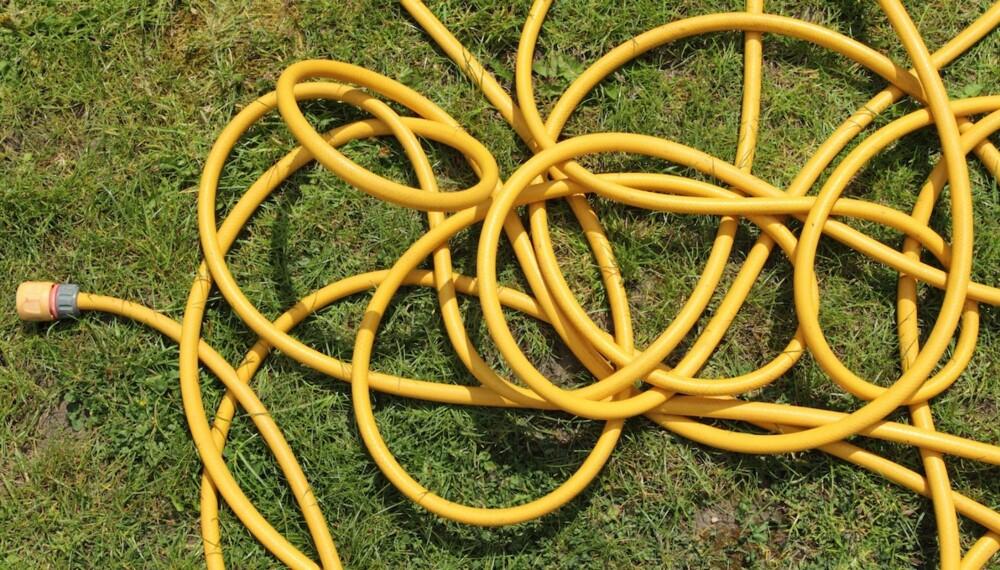 UNNGÅ DETTE: Lar du hageslangen ligge slik kan dette føre til vridninger, noe som igjen kan forkorte levetiden på slangen.