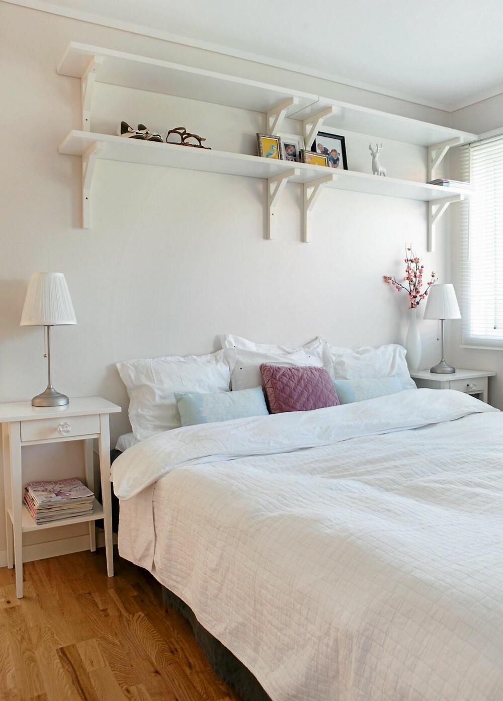 SVALT: Foreldresoverommet er hvitt, hvitt, hvitt. Hyller, nattbord og lamper fra Ikea. Sengeteppe fra HogM Home. En rosa pute fra Åhléns gir litt farge.