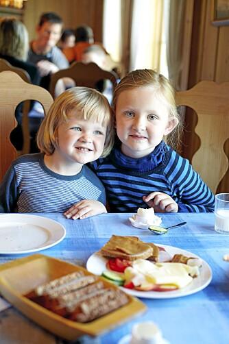 FELLES FROKOST: Ludvig (3) og søsteren Saga (6) lader opp batteriene med frokost på Liomseter.