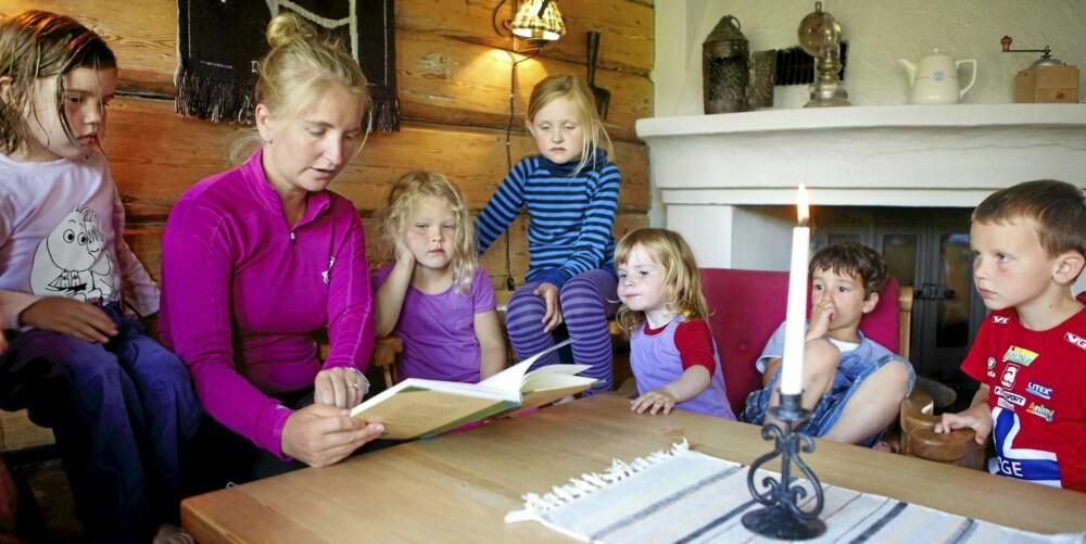 LESESTUND: Før leggetid leser turiguide Marianne Vestnes eventyr for barna i peisestua.