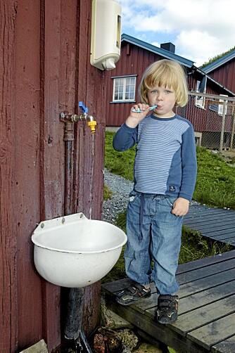 TAKK FOR I DAG: Ludvig pusser tenner i utevasken. Snart er det tid for god natt.
