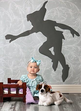 PETER PAN: Baby Maddie i en scene fra Peter Pan.
