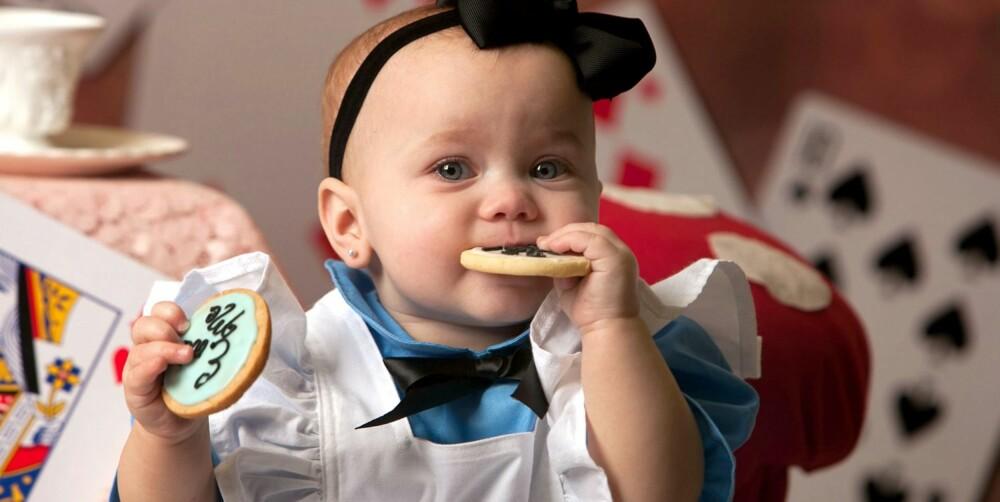 LITEN KAKESPISER: De fargerike småkakene gjorde Alice i Eventyrland til Maddies favoritt-fotoshoot.