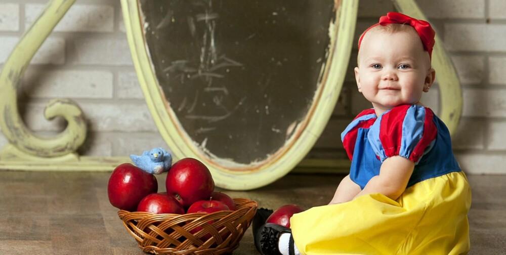 BABY-SNEHVIT: Maddie som Snehvit, sammen med de «fatale» eplene.