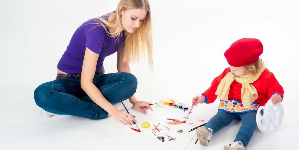 TRENGER IKKE VÆRE PICASSO: Barnet trenger ikke få høre at tegningene er fantastiske. Det holder at foreldrene engasjerer seg og kommenterer det barnet holder på med.