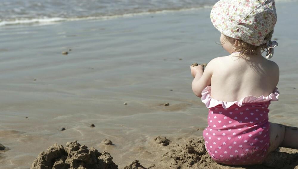 SOL OG SAND: Sand har en tendens til å snike seg inn over alt, men du trenger ikke bekymre deg for infeksjoner. Å få sand nedentil er kanskje ubehagelig, men helt ufarlig.