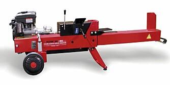 Bensindrevet: Stor, bensindrevet vedkløyver med 5,5 tonns skyvekraft og justerbar vedlengde.