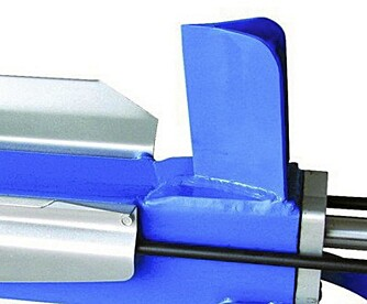 Vinklet: Kniven skal være vinklet litt fremover for å spre belastningen under kløyvingen.
