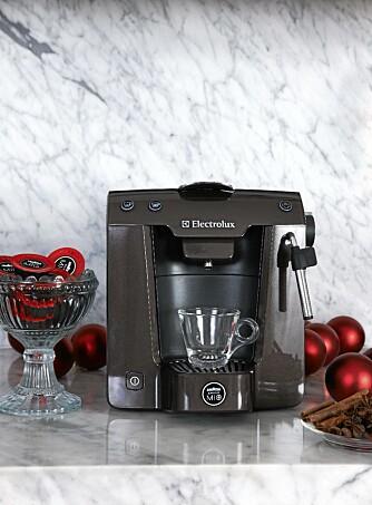 """Blant de 10 første bidragene trekkes det ut en heldig vinner som får Best i test modellen """"Electrolux Favola Kaffemaskin"""" som førjulsgave."""