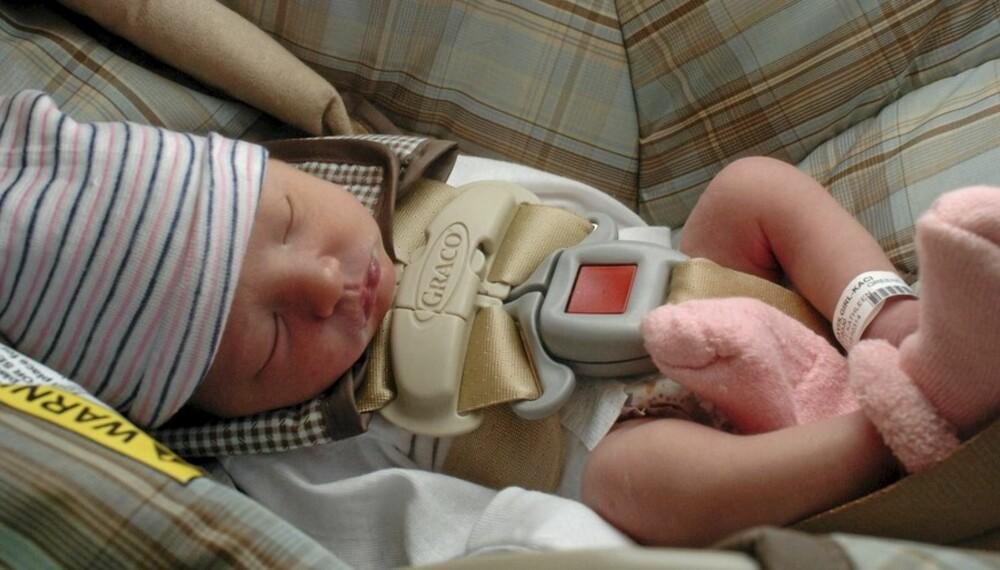 BARNESETE: Mange glemmer å sikre den nyfødte i bilen på vei hjem fra sykehuset. Også spedbarn skal sitte i barnesete.