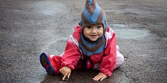 UTE OG LEKER: Man får ikke barn med franske manerer hvis man lar dem leke i sølepyttene.