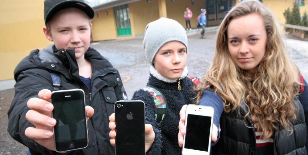 PÅ NETT: Det er ingen sak å være oppdatert på nett med en iPhone, men elevene mener man må passe på hva som blir lagt ut. FV: Marius Johansen, Edvin Moe og Jenny Moe.