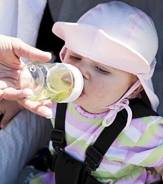 DRIKKE: Gi barna nok drikke i varmen, men unngå springvann.