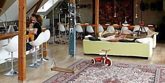 LEKENT LOFT: Husken henger fra det luftige taket, kjøkken og oppholdsrom ligger sammen i det store rommet.