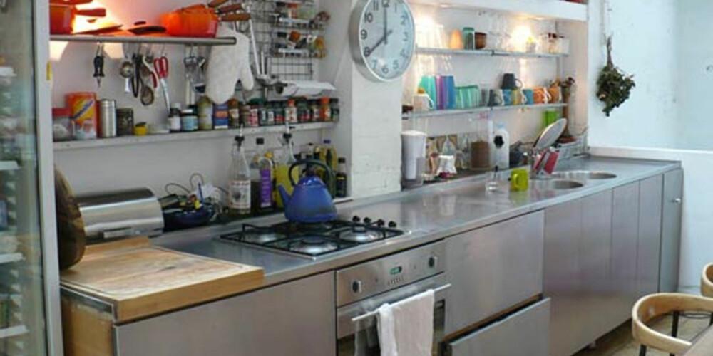 SOM PÅ RESTURANT: Åpne hyller, praktisk belysning og masse benkeplass til matlaging.