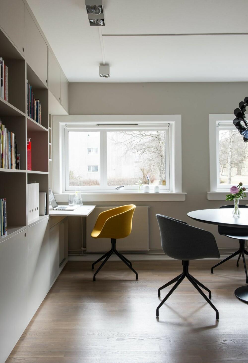HJEMMEKONTOR: Det plassbygde møbelet langs kortveggen rommer både skjult og åpen oppbevaring pluss et hjemmekontor ved vinduet. Snekkerarbeidet er utført av Regiec Zbigniew. Bord og stoler er fra Hay.