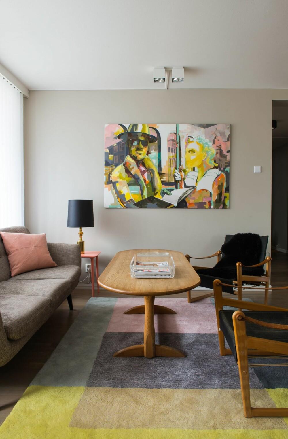 GRÅTT, BRUNT OG LYSROSA: Komfortdelen av stuen er innredet med safaristoler fra en dansk bruktbutikk, et arvet sofabord og et gulvteppe fra Hay. Bordlampen er satt sammen av en ny skjerm og en gammel fot fra norske Høvik Lys. Maleriet er Helenes eget verk.