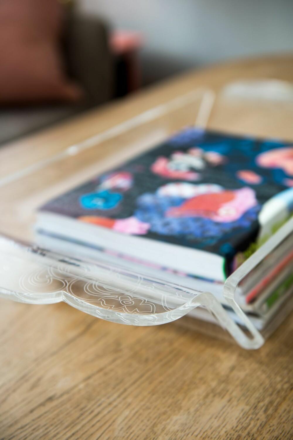 POSTMODERNE BONDEROMANTIKK: Trauet i akrylglass er en prototyp. Helene jobber med å få til en produksjonsavtale slik at den kan nå butikkhyllene i løpet av året. Selv bruker hun produktet som en magasinkurv.