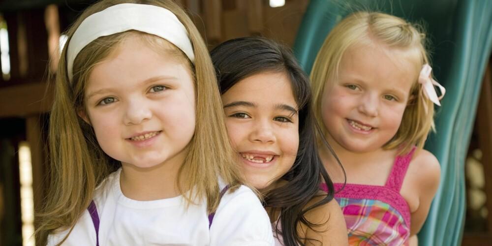 LYTTENDE: Barn er ikke kognitivt utviklet til å være kritisk til synspunktene voksne kommer med. Snakk derfor aldri negativt om barnehageansatte, lærere eller andre i barns nærvær.