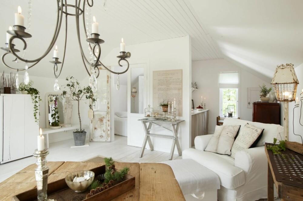 VIRKER STØRRE ENN DET ER: Hvitt gulv og tak, store vinduer og enkel møblering gjør at 35 kvadratmeter  føles både lyst og luftig.