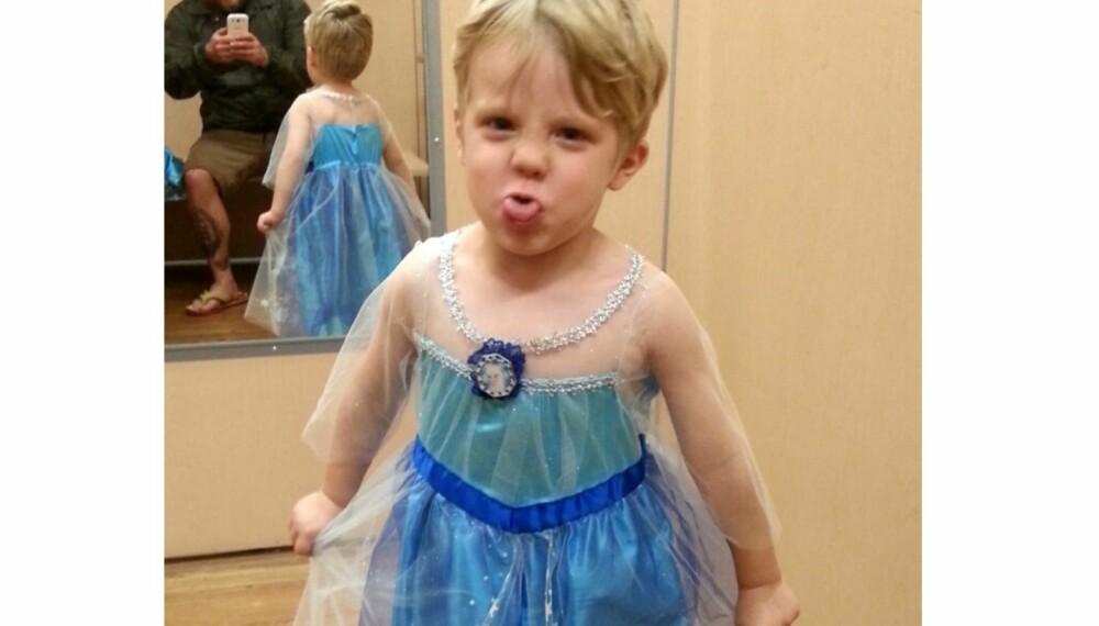 FÅR VÆRE DET HAN VIL: Tre år gamle Caiden fra Virginia i USA vil være Elsa fra Fozen på Halloween. Bildet av ham har blitt delt over 28.000 ganger på Facebook og blitt omtalt i en rekke medier rundt omkring i verden.