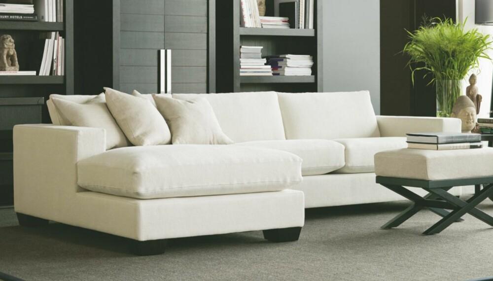 INNREDE STUE: En klassisk tabbe er å plassere alle møblene i rommet langs veggene. Setter du salongen i sentrum får du gode gangsoner rundt. Sofagruppe fra Slettvoll.