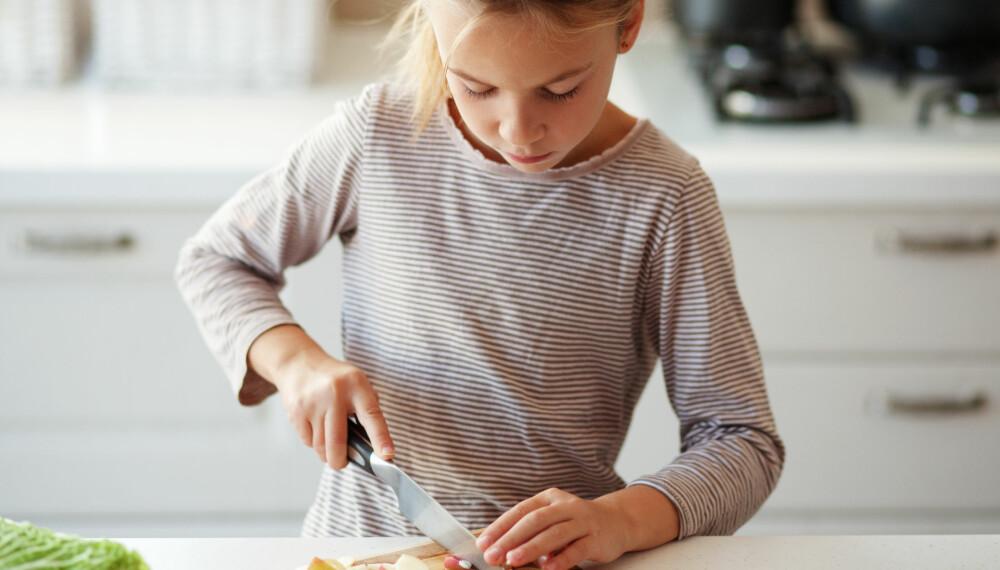 SELVSTENDIGHETSTRENING: Lar du barna hjelpe til hjemme, for eksempel med matlaging, blir de mer selvstendige.