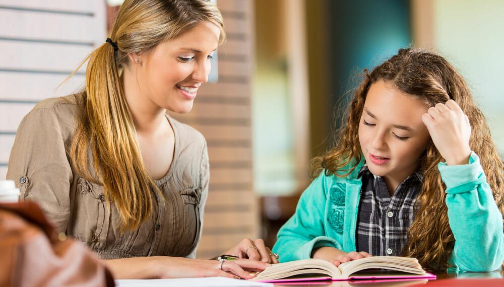HJEMMESKOLE PÅ KJØKKENET: I en undersøkelse sier hele 10 prosent av norske foreldre at de kunne tenke seg å undervise barna hjemme for en periode. Men i virkeligheten er det ikke så mange som kaster seg uti det.