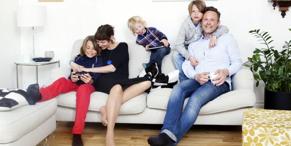 FRI FLYT: Hos familien Jæger Hageskal er nesten alltid en skjerm eller fem i bruk. Mamma Henriette og pappa Jan Tore følger med på hva Viljar (12), Våge (4) og Veide (9) bruker mobil og nettbrett til.