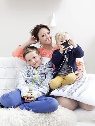 BEST UTEN: Lone Schjølberg synes hun og guttene Philip og Johan har det best sammen når de legger vekk mobil og data.
