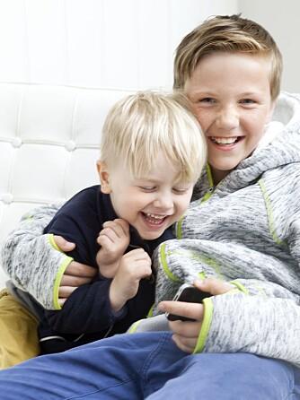 FÅR LÅNE: Johan (4) har ikke egen telefon, men får låne av storebror Philip (11) når han vil spille.
