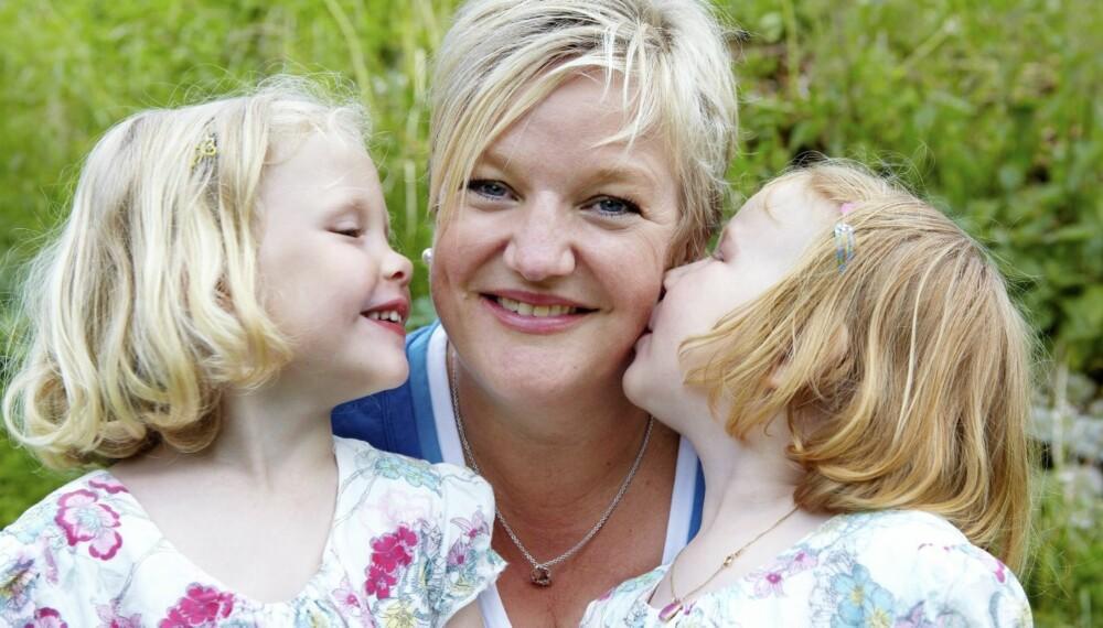 ARVET VENNINNENS DATTER: Bodil Fowler er like mye mamma for begge jentene sine: -Følelsene for barna er de samme, sier hun.
