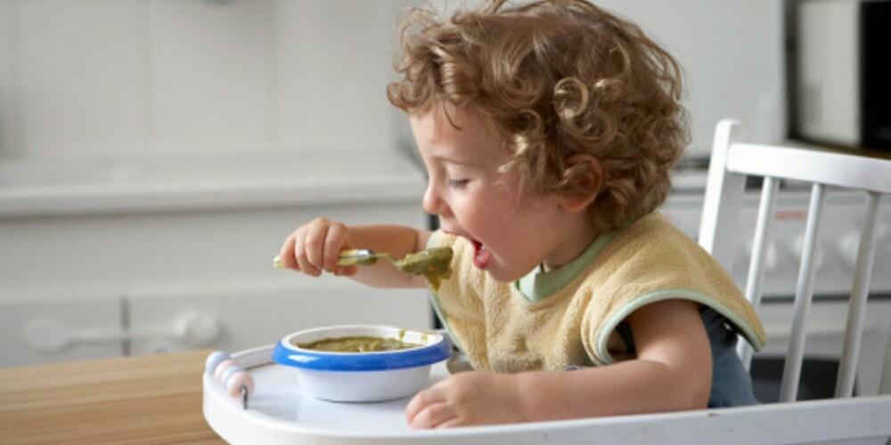 MESTRINGSGLEDE: Det er viktig for barn å føle at de klarer ulike oppgaver - så får heller vi voksne tåle litt søl.