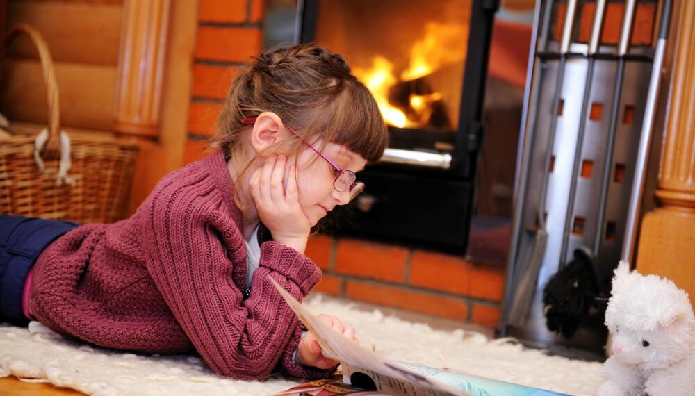 TRYGT: Når barnet skal være alene hjemme, bør det være over nysgjerrighetsalderen og i stand til å engasjere seg i trygge aktiviteter.
