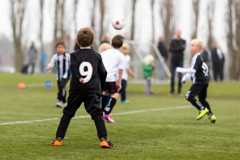 FORT LEI: - Barna får lange dager hvis de går på organiserte aktiviteter for ofte, og de kan gå fortere lei, sier rådgiver for barneidretten i NIF, Mari Bjone. Fotball er den femte mest populære organiserte idretten blant barn i Norge.