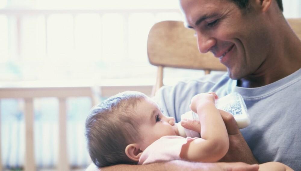 MORSMELK: Når babyen fullammes, kan pumpet melk gi far muligheten til å kose seg litt ekstra med den lille.