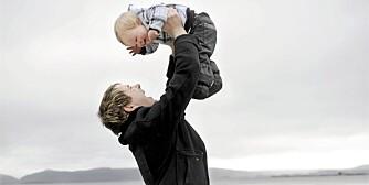 Kjartan Johannessen Tolo (25) koser seg ute ved sjøen sammen med med sønnen Jonas (1 1/2).