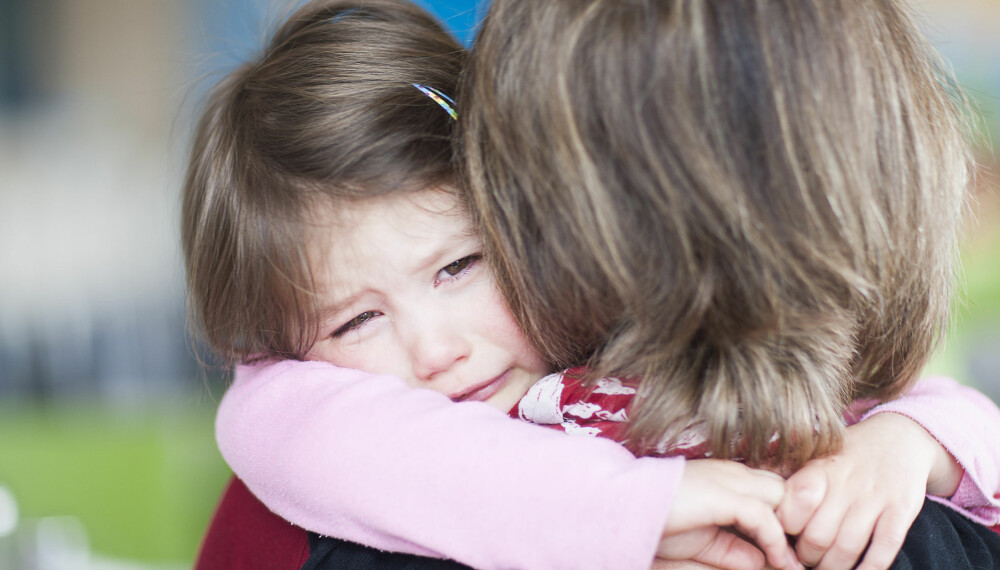 TRØST: Du trenger ikke alltid gripe inn og trøste barnet ditt hvis det blir en konflikt på lekeplassen, men noen ganger er det helt nødvendig.